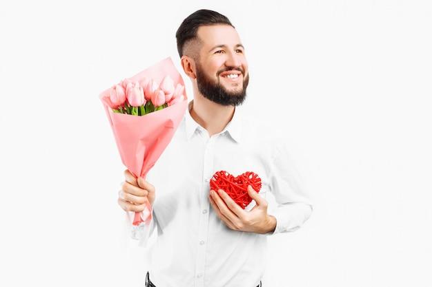 ピンクのチューリップの花束と赤いバレンタインハートのひげを持つエレガントな男、バレンタインデーのギフト Premium写真
