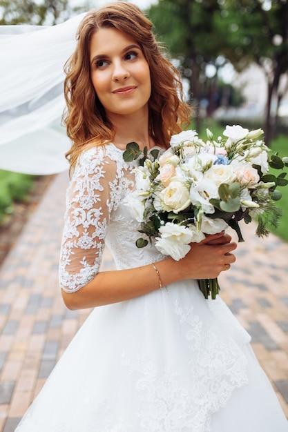 自然の中で美しい花嫁、白いドレスの少女の肖像画 Premium写真