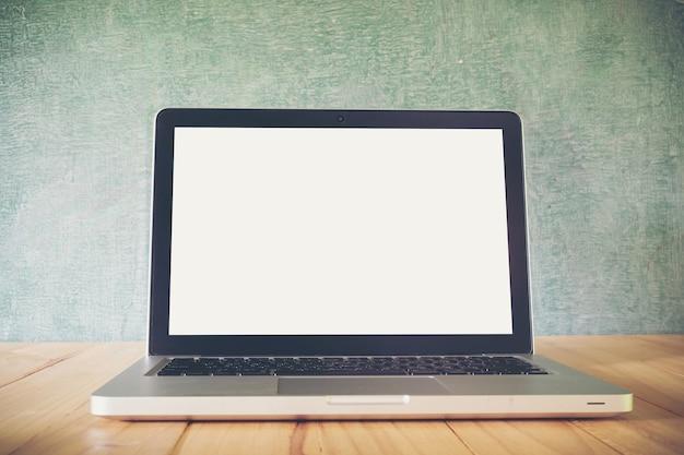 ラップトップ、テーブル、黒板の背景、空白の画面 Premium写真