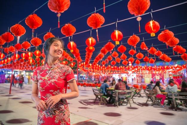 赤いランタンと笑顔のアジア女性 Premium写真