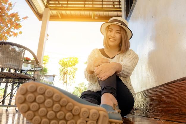美しい若い女性がカフェに座っているฝ Premium写真