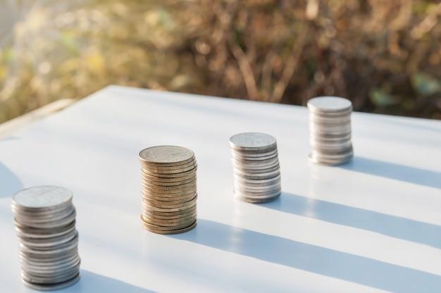 抽象的な背景をぼかした写真に成長しているスタッキングコイン Premium写真