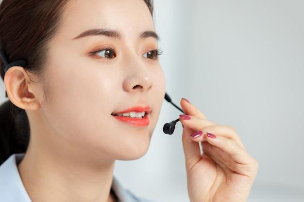 ビジネス女性顧客サービス会話 Premium写真