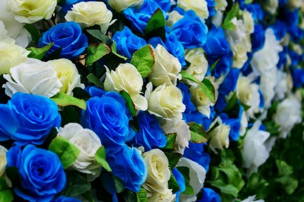 青と白のバラの花を偽造します。 Premium写真