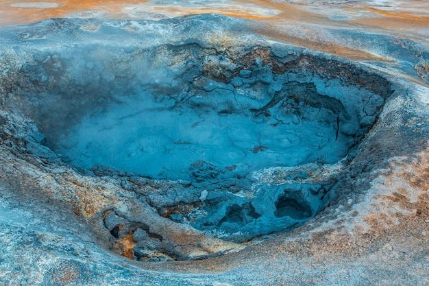 ミーバトンの公園で沸騰したお湯と硫黄のプールの詳細。アイスランド Premium写真