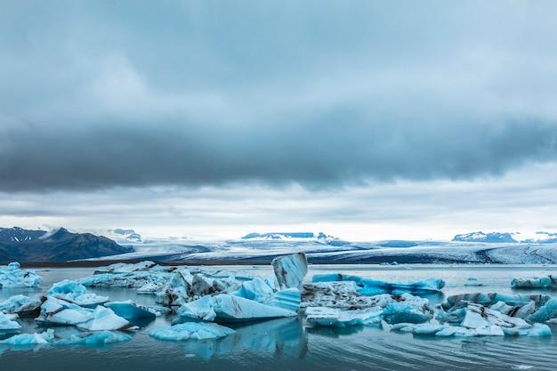 アイスランド南部のゴールデンサークルにある手配氷河の美しい氷山 Premium写真