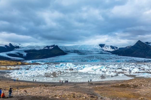 アイスランド南部のゴールデンサークルにある手配氷河氷湖 Premium写真