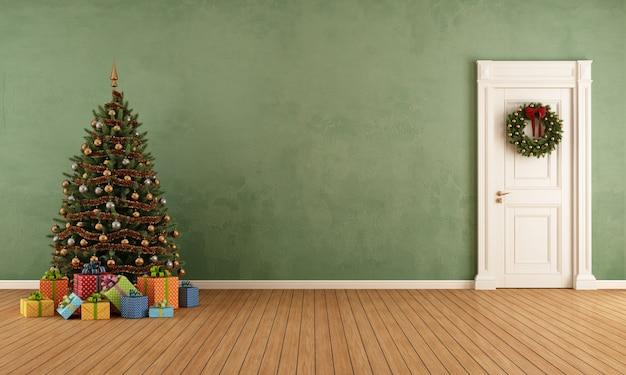 クリスマスツリーと古い部屋 Premium写真