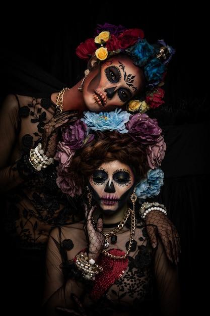 花の冠に身を包んだ砂糖頭蓋骨メイクと女性の肖像 Premium写真