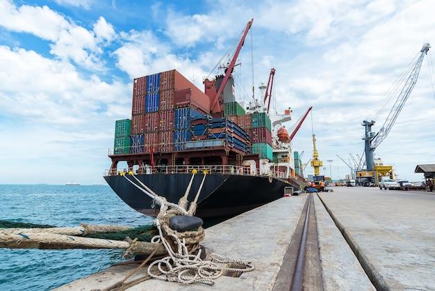 Контейнер, контейнерное судно в экспорте и бизнес-логистике Premium Фотографии