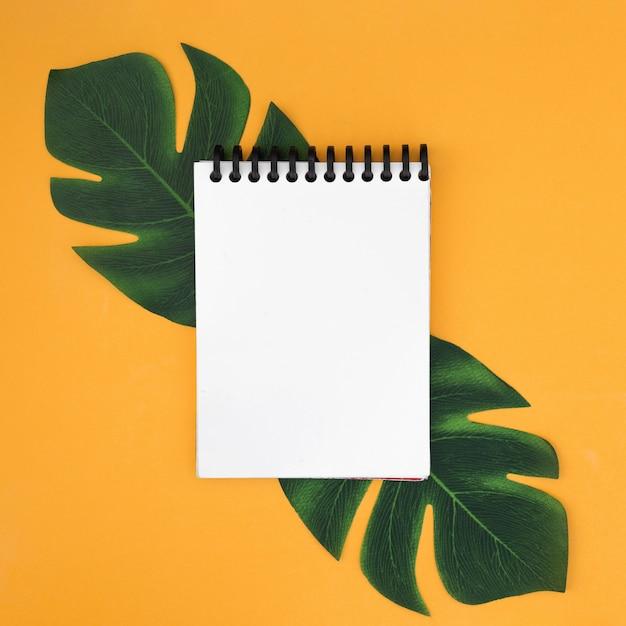 Белый блокнот с тропическими листьями Бесплатные Фотографии