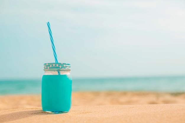 Летний свежий сок на пляже Бесплатные Фотографии