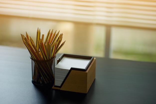 鉛筆とメモエグゼクティブデスクに配置されます。窓が置かれている Premium写真
