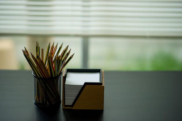 Карандаш и заметка. размещенные на столе администратора. размещено в окне Premium Фотографии