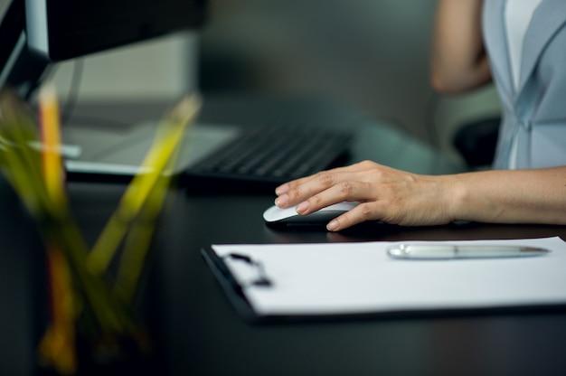 若い実業家彼の机とコンピュータでは、新世代の仕事。 Premium写真