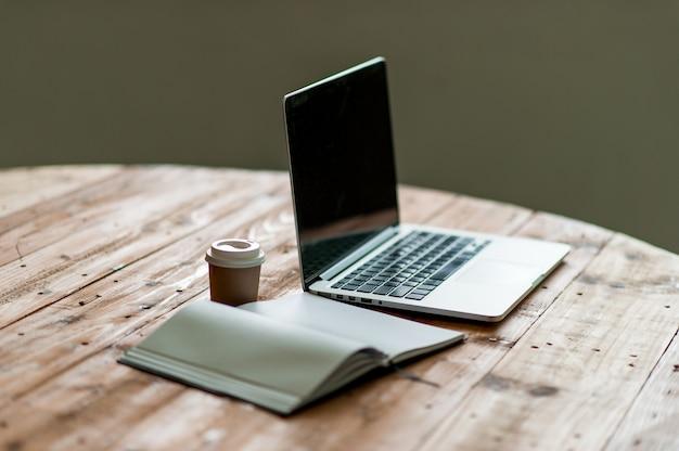 ビジネスコンピュータと机の上のメモが付いている机。コピースペースのビジネスコンセプト。 Premium写真