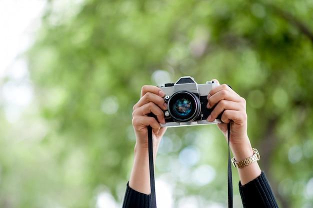 手とカメラのショット写真のコンセプト Premium写真
