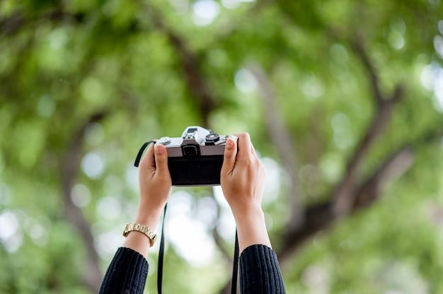 手とカメラの写真コピースペースと写真のコンセプト Premium写真