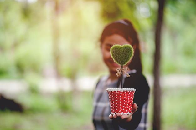 Красивые зеленые изображения рук и сердца день святого валентина с копией пространства Premium Фотографии