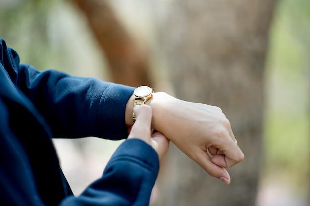 手と腕時計着用時間表示コンセプトコピースペース付き Premium写真