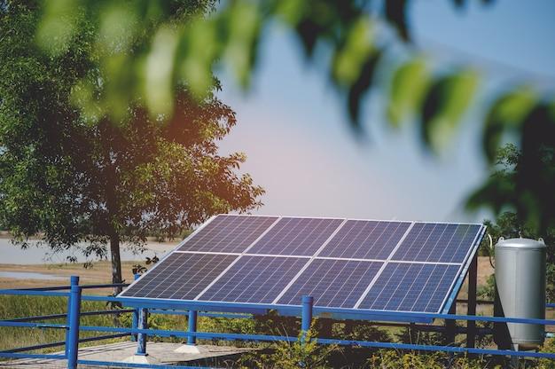 Солнечные элементы преобразуют солнечную энергию от солнца в энергию. Premium Фотографии
