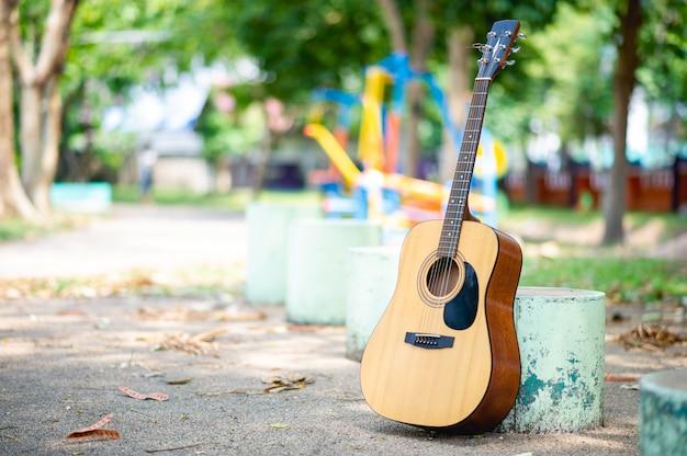 Акустическая гитара в парке Premium Фотографии