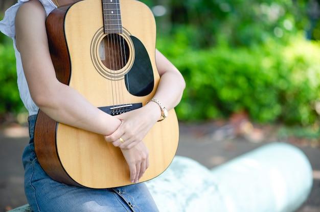 Руки музыканта и акустические гитары, музыкальные инструменты с очень хорошим звучанием Premium Фотографии