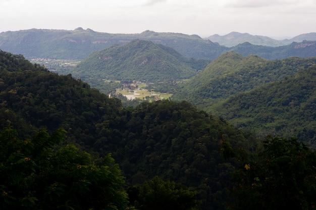 Горы и небо в сезон дождей и природная красота Premium Фотографии