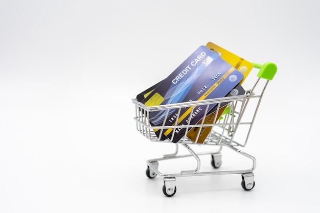 ショッピングカート内のクレジットカードのお金の概念を分離白 Premium写真