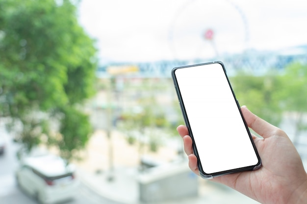 モバイルスマートフォン分離ホワイトスクリーンを持つ女性の手 Premium写真