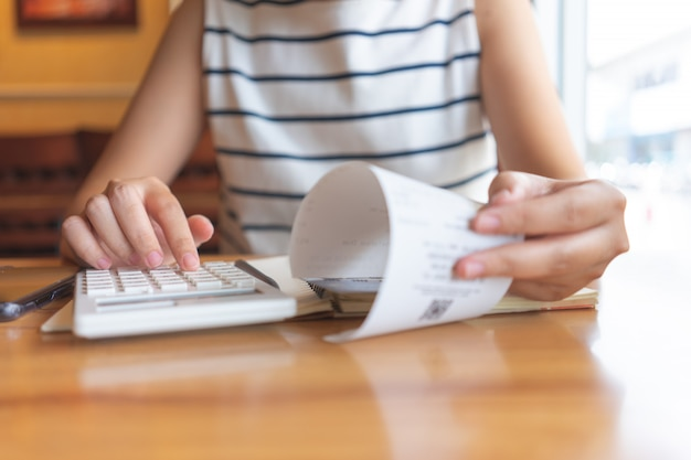 Владелец сидя на годовой расчет налога браслеты с оборота для снижения налога. Premium Фотографии