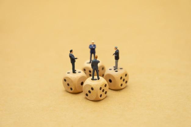 パニックに見えるミニチュアの人々のビジネスマンは株式市場を見て Premium写真