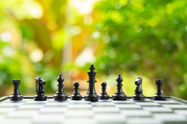 背面にチェスの駒が付いたチェス盤 Premium写真