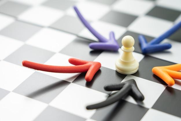 背面にチェスの駒が置かれたチェス盤。ビジネスで交渉中。 Premium写真
