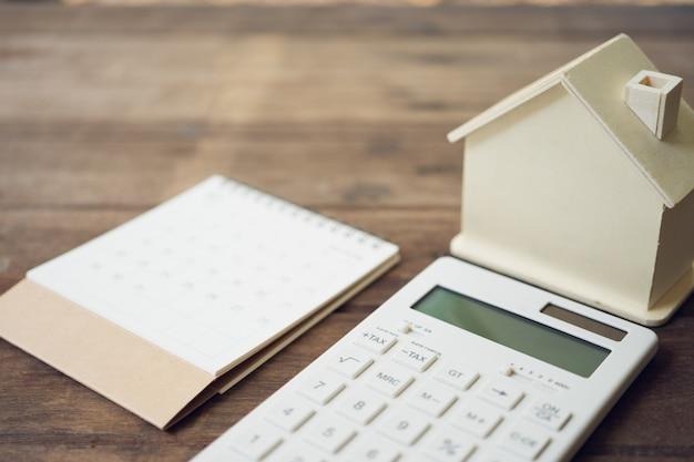 本のランキングに掲載された家のモデルと機器のモデル Premium写真