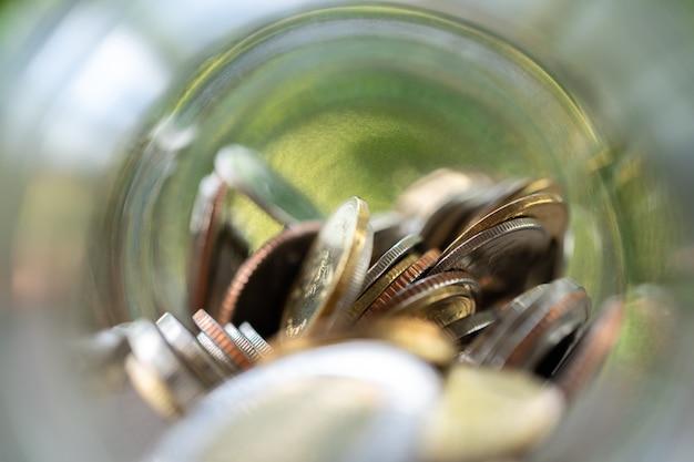 選択フォーカス。コインの収集のお金の概念を保存 Premium写真