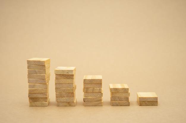 お金、金融、ビジネス成長の概念、木材投資分析のスタック Premium写真