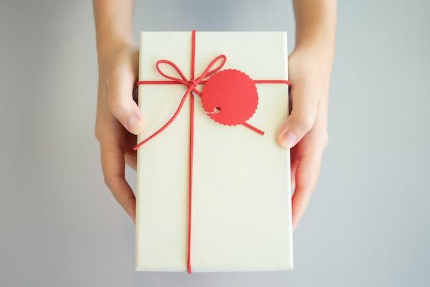 重要な祭りで大切な人に贈り物をする。クリスマス、元旦、 Premium写真