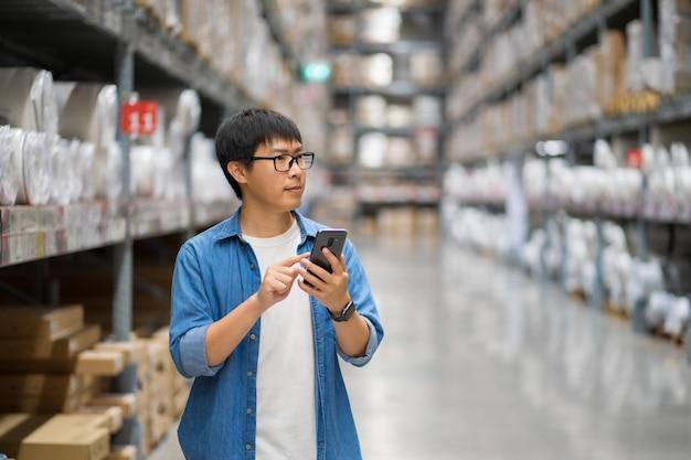 Портрет азиатских мужчин, персонал, подсчет товаров менеджер склада Premium Фотографии
