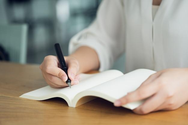 Деловая женщина, путешественник, писатель статьи держите ручку, чтобы написать текст Premium Фотографии