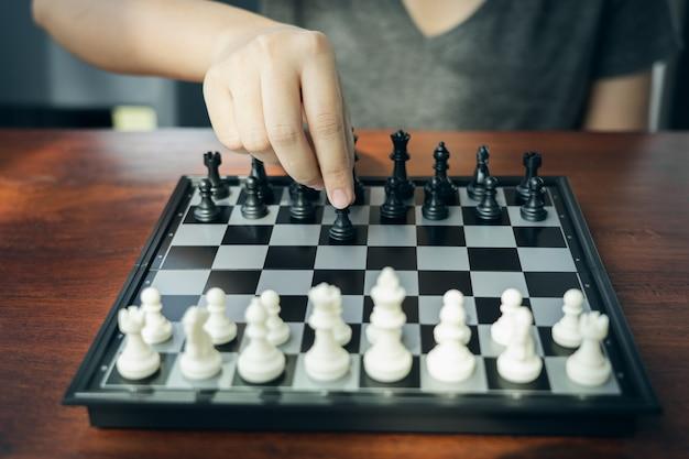 チェス王を保持している実業家がチェス盤に配置されます。 Premium写真