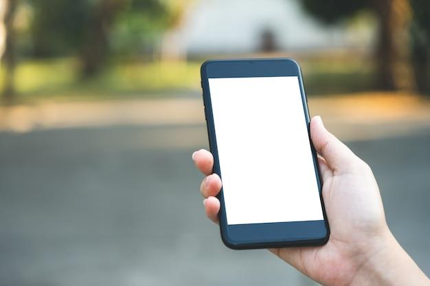 ビジネスマンがスマートフォンの画面のロックを解除するビジネス用秘密がある Premium写真