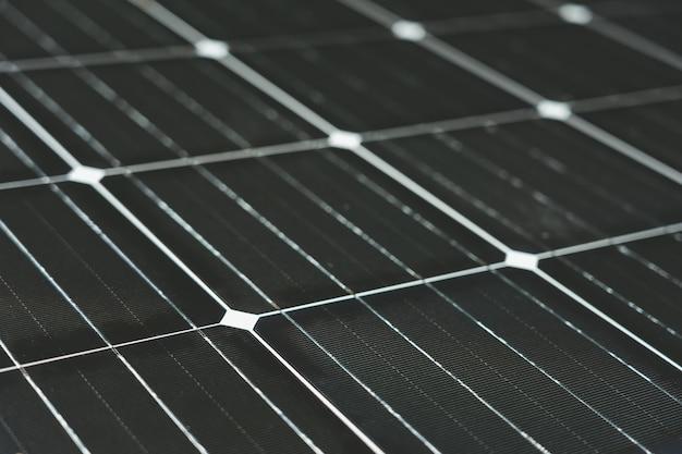 太陽エネルギーは太陽電池によって生み出されます。クリーンで無制限のクリーンエネルギーの概念 Premium写真