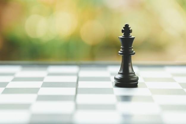 背面にチェスの駒が付いたチェス盤背景として Premium写真