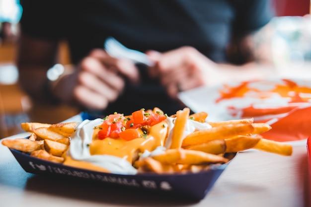 Картофель фри с соусом на одноразовом подносе Бесплатные Фотографии