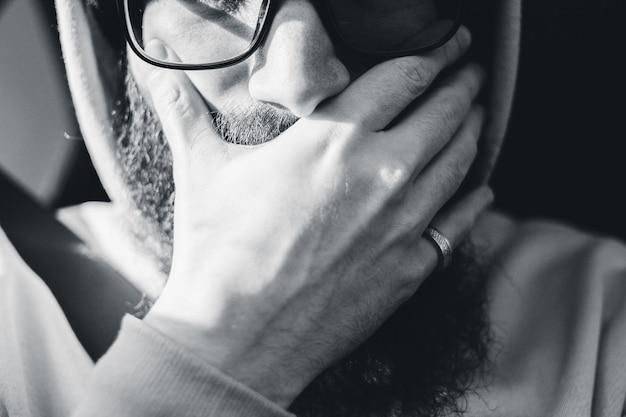 黒い額入り眼鏡をかけている男 無料写真