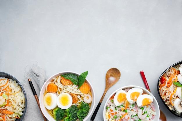 Вкусная и здоровая азиатская еда на сером текстурированном фоне с копией пространства Бесплатные Фотографии