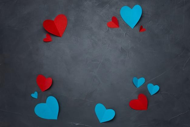 Бумажные сердечки ручной работы на сером текстурированном фоне Бесплатные Фотографии