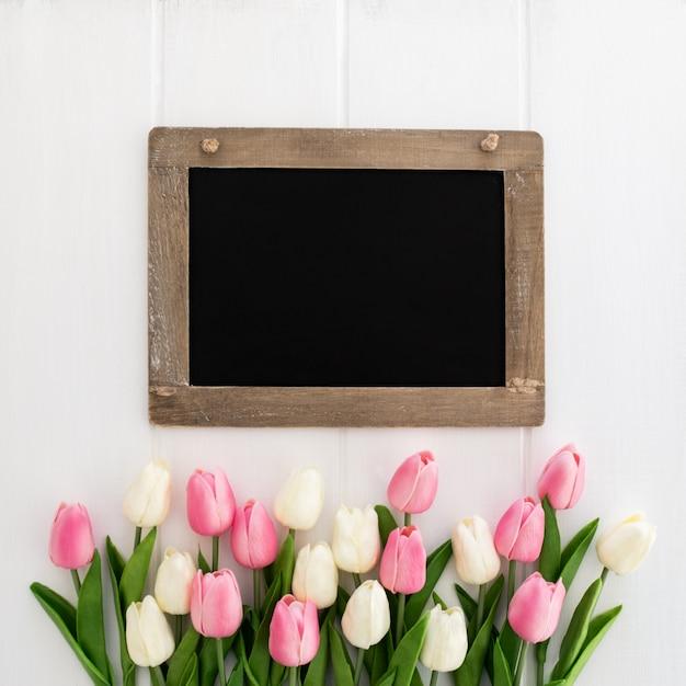 チューリップの花束とかわいい黒板 無料写真