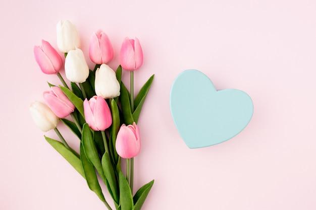 ピンクの背景のチューリップフラットレイアウトビュー 無料写真